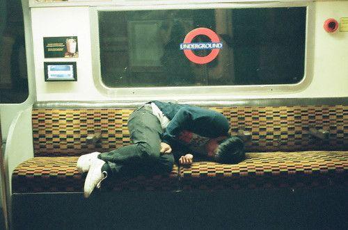 Durmiendo en el #metro de #Londres