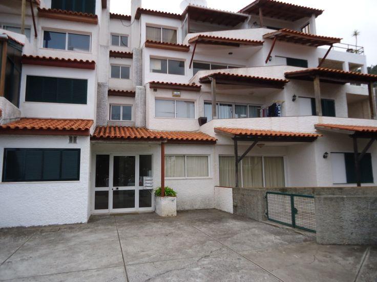 Vende-se... Apartamento T2 no 2º piso, com quintal para fazer uma bela horta e churrasco, varanda em toda a frente, amplas janelas e portas, com 2 quartos, casa de banho, sala comum desafogada, cozinha,  despensa e estacionamento descoberto. Localizado junto ao novo « Centro de Saúde do Caniço» e próximo do Funchal. Com 100% financiamento Bancário!!! e oferta de algumas despesas, preço 90.000€ . Para + info ligue 963701529 Teresa Caires www.decisoesvibrantes.com