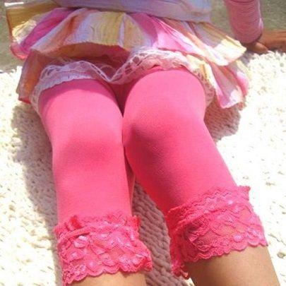 Korte Leggings m/ blondekant - BabyKidz.      Leggings med flot blondekant - Rigtig tynde sommer leggings til din pige. One Size med masser af strech - 3-9 år.    Se mere på www.babykidz.dk