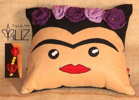 Almofada em feltro e oxford Frida Kahlo.  Design original desenvolvido por mim.  Zíper superior (dá pra tirar pra lavar) enchimento em fibra de silicone antialérgica, brincos em miçangas e contas, buço bordado a mão, flores em crochê e miolos em miçanga. R$ 70,00