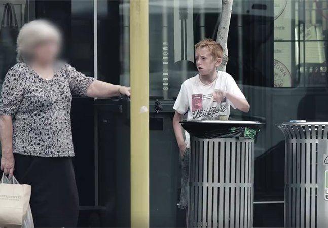 Um garoto revira a lixeira em busca de comida numa rua movimentada na Nova Zelândia. As pessoas passam como se não o vissem, e algumas até se esquivam dele para jogar alguma coisa fora. O vídeo foi feito pela polícia neozelandesa para promover sua campanha de recrutamento: a ideia é demonstrar que, se você se preocupa o suficiente para querer ajudar, há uma instituição em busca de pessoas com empatia e vontade de fazer o bem. Dá uma olhada: (function(d, s, id) { var js, fjs…