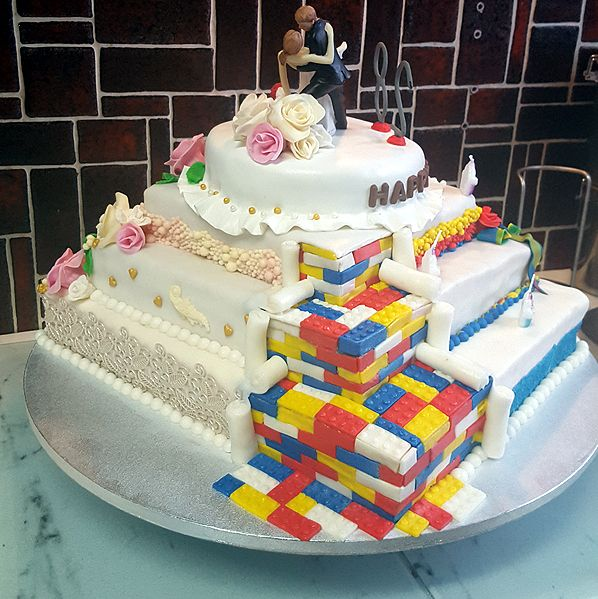 Annegret hat für Kevin & Jasmin eine Geburtstags-Hochzeitstorte gebacken.  Cakeboards als Unterlage zur Präsentation von Torten und Kuchen mit stilvollen Beschichtung und Motivprägung bei Pativersand.de bestellen!  #pativersand #cakeboards #geburtstagshochzeitstorte  http://www.pati-versand.de/alle-artikel/verpacken-und-praesentieren/cakeboards/