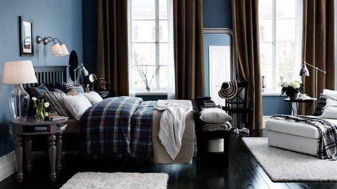 Plus apaisant que le bleu turquoise, le bleu plus foncé et profond aidera votre concentration tout en vous offrant une décoration chic et tendance. On pourra l'utiliser sur la totalité des murs et on optera pour des accessoires plus sombres noirs ou marron afin de faire ressortir la couleur.
