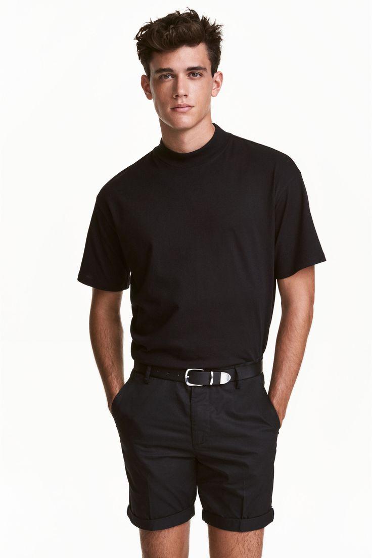 Short chino court: Short chino en coton lavé. Modèle court avec poches latérales et poches passepoilées boutonnées dans le dos. Braguette zippée avec bouton.