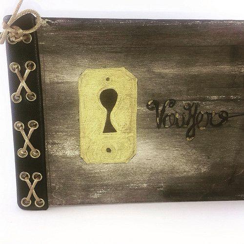 Libro de artista creado por francisco javier gonzalez vera. Tapa de madera pintadas a mano y unidas mediante costura en corpiño