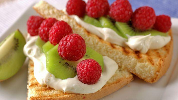 Grillet kake med frukt og bær - Gjester - Oppskrifter - MatPrat