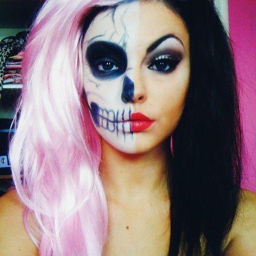 une belle fille avec des cheveux roses pour Halloween
