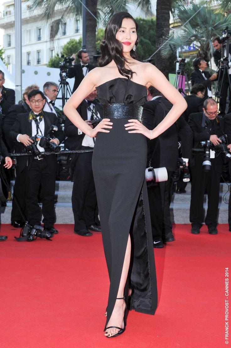 Glamour avec cette robe noire couture, le top Liu Wen a défilé sur le Tapis Rouge. #Festival #Cannes #Croisette #Hair #FranckProvost #Glamour #Cannes2014 #FPCannes2014