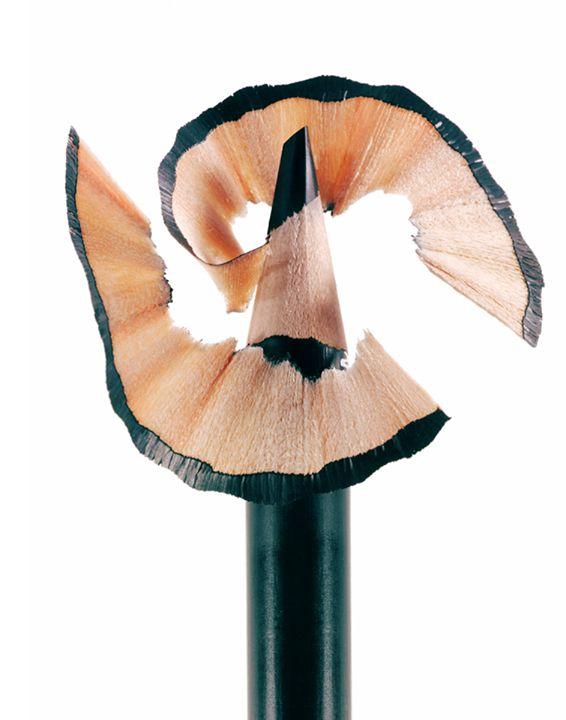 """Как правильно точить карандаш для глаз?   Хочется, чтобы любимый карандаш для глаз, без которого и смоки скучные, и взгляд недостаточно выразительный, прослужил как можно дольше. Подтачивать его в канцелярской точилке - кощунство! Такой """"инструмент"""" может ломать мягкий грифель или делать его слишком длинным, что тоже приведет к ломкости. Рассказываем, как точить карандаш правильно.   Косметические карандаши лучше всего подтачивать специальными точилками, которые для них и разрабатывали…"""