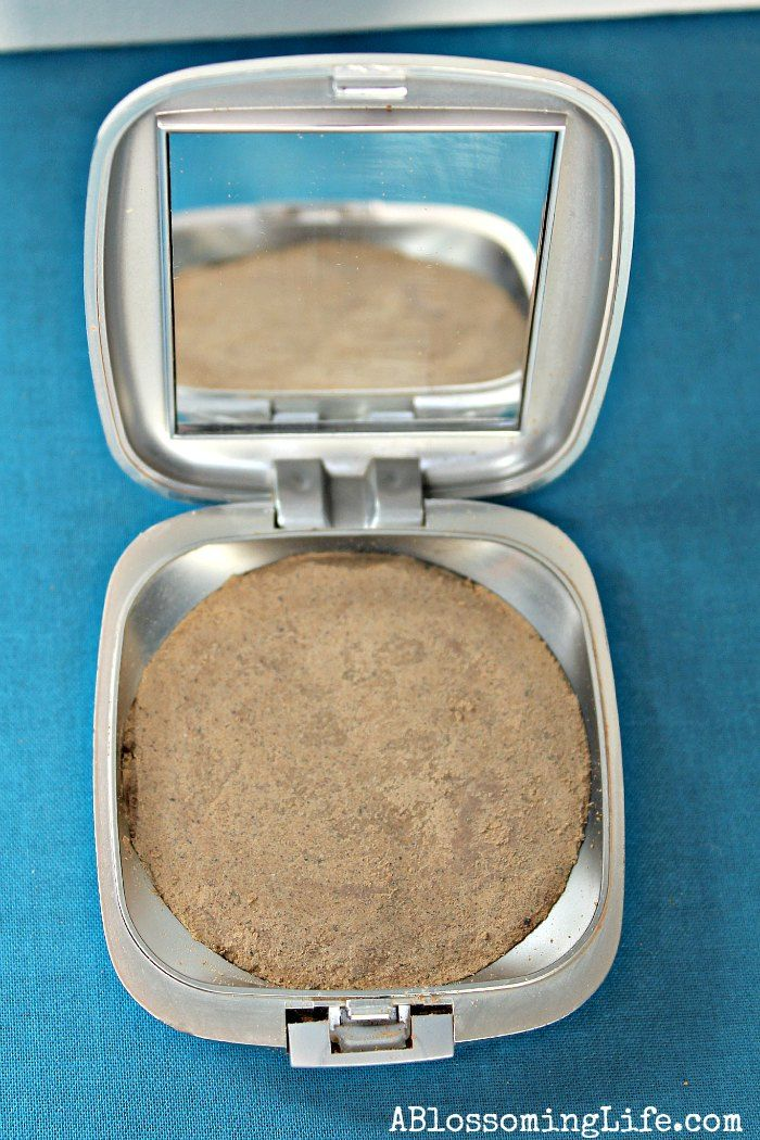 DIY pressed foundation http://www.ablossominglife.com/2014/01/diy-all-natural-pressed-powder-foundation.html