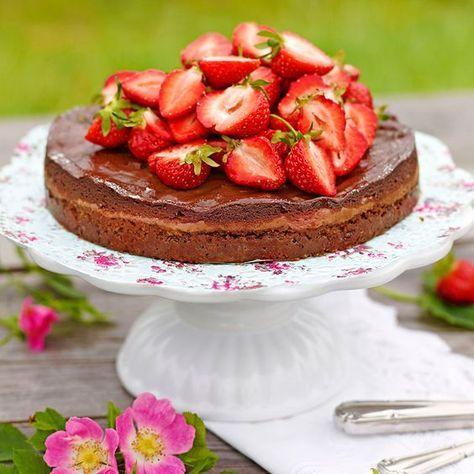 En härligt krämig och god jordgubbscheesecake med choklad.