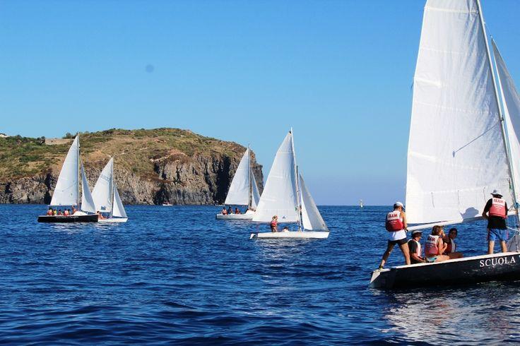 Grande regata di fine corso con 14 barche in mare ed equipaggi di tutte le età!