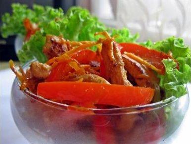 Салат из курицы по-китайски.Моем, чистим морковь и нарезаем мелкой соломкой, после чего выкладываем нарезанную морковь в емкость и посыпаем