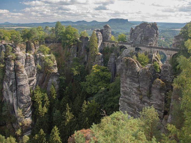 Wenn du Wandern liebst und die Sächsische Schweiz noch nicht kennst, ist es an der Zeit, dieses einzigartige Bergparadies mit dem Malerweg oder den Schrammsteinen zu entdecken! Im Elbsandsteingebirge in Sachsen findest du nur 40km von Dresden entfernt 1.100km beschilderte Wanderwege und Steige, von denen 400 durch den streng geschützten Nationalpark führen. Dich erwarten regionale und grenzüberschreitende Touren unterschiedlichster Schwierigkeitsgrade, eine einmalige Tier- und Pflanzenwelt…