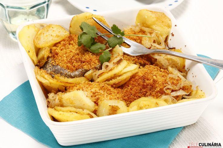 Receita de Pescada com broa e batatas salteadas. Descubra como cozinhar Pescada com broa e batatas salteadas de maneira prática e deliciosa com a Teleculinária!