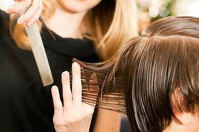 Haare selber schneiden bei Jungs? Mit diesen einfachen Tipps gelingt Ihnen ein einfacher Jungs-Haarschnitt für Zuhause. Klicken Sie hier für alle Infos! © Thinkstock