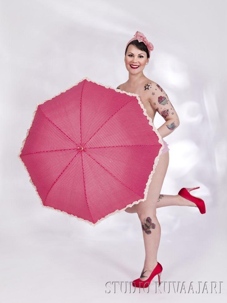 Pin-up tyttö ja sateenvarjo - Inch of Ink