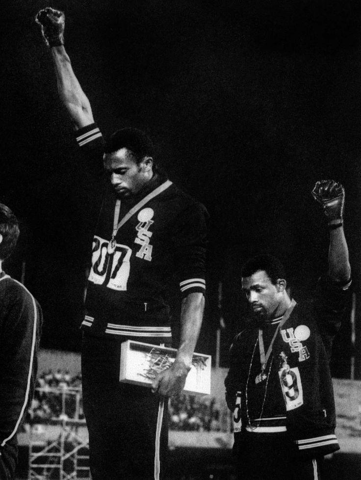 C'est sans doute l'image la plus forte des Jeux olympiques modernes.  Au moment où retentit l'hymne américain dans le stade de Mexico, les deux athlètes lèvent tous les deux un poing ganté vers le ciel, à la manière du salut du groupe d'activistes Black Panthers, qui luttaient alors, parfois violemment, pour les droits des Noirs.