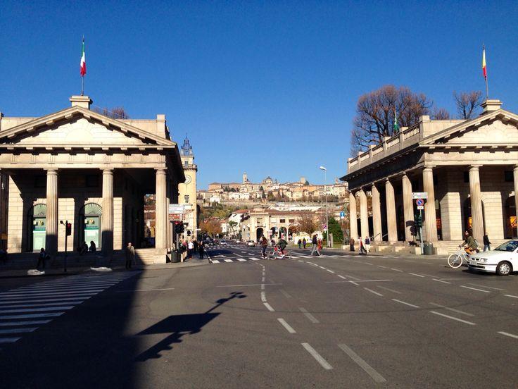 Bergamo. Porta Nuova. Sullo sfondo Città Alta ed il candore di Porta S. Giacomo.
