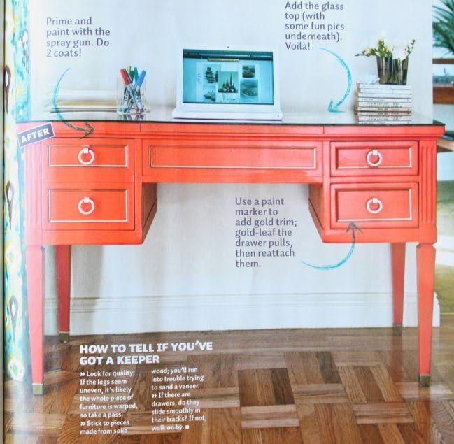 Fabelhafter Schreibtisch, der mit einem Spiegel an der Wand hinter dem …