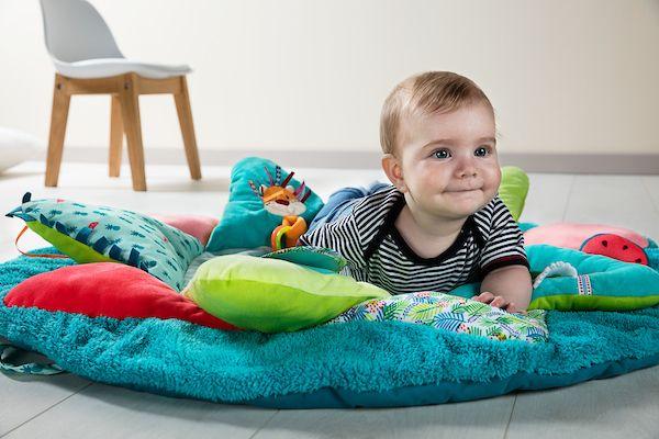 Le tapis d'éveil Georges de Lilliputiens est idéal pour éveiller les sens de bébé !