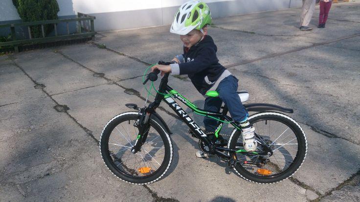 2 lata - rower biegowy (koła 12 cali), 3 lata - rower z pedałami ale bez bocznych kółek (koła 14 cali), 4 lata - wyprawa dookoła Balatonu (koła 16 cali)