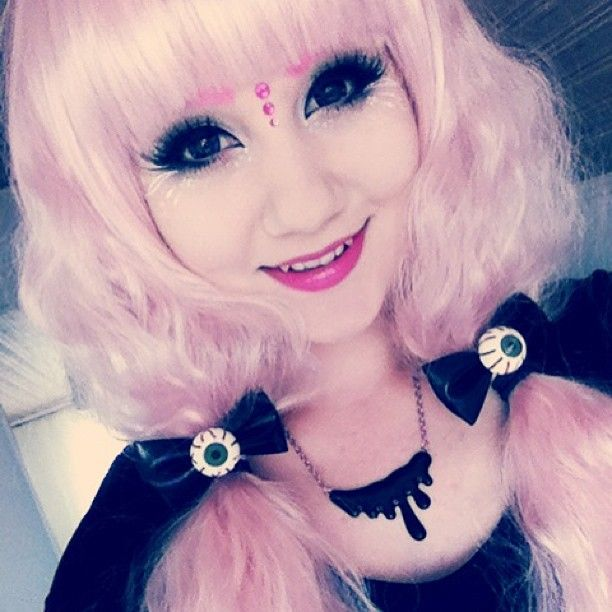 This is a cute girl, and she's asian, and that pink hair, so yeah, it's smiles all round ♥ ♥ ♥