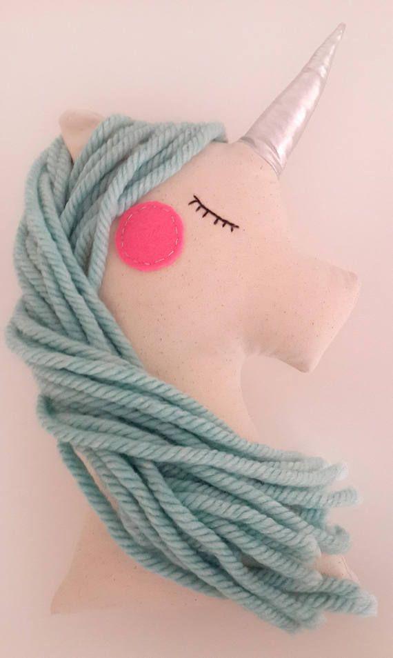 Almohadilla de la felpa unicornio llevará magia a su habitación de los niños. Este hermoso unicornio tiene un cuerno brillante plata, mejillas color de rosa de fieltro y crin de menta de lana muy suave. Sus ojos son bordado a mano. Medidas de 15.5 pulgadas (39 cm). Este es un elemento decorativo y listo para enviar. También puedes ver rosa unicornio https://www.etsy.com/listing/267736646/unicorn-pillow-plush-toy-pink-unicorn?ref=shop_home_feat_1 Gracias x...