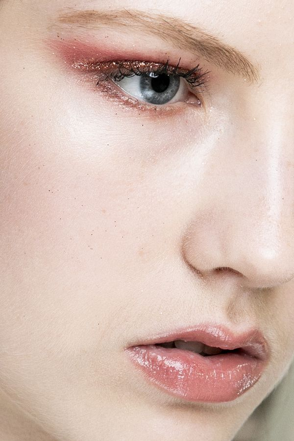 Wie man die Nase mit Make-up schlank macht