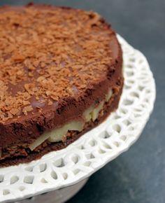 Un sublime gâteau au chocolat, avec du croustillant, du fondant et des poires... Cette alliance absolument gourmande est un dessert de dingue à tester absolument. Une fois n'est pas coutume, il faut avoir du temps pour le préparer mais il en vaut la peine ! A faire la veille pour évit