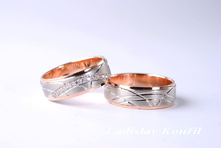 Moderní snubní prstýnky z bílého a červeného zlata. #zlato #svatba #móda #prstýnky