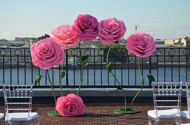 #лофтресторанатриумхолл#большиебумажныецветыспб #большиебумажныецветы #фотозоныспб #фотозоны #giantflower #saintpetersburg #topartspb#roses #лофтрестораннакрыше #выезднаярегистрацияспб