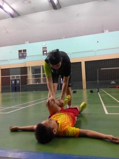 Damar on stretching with Lila Yusuf on Senayan Badminton Court