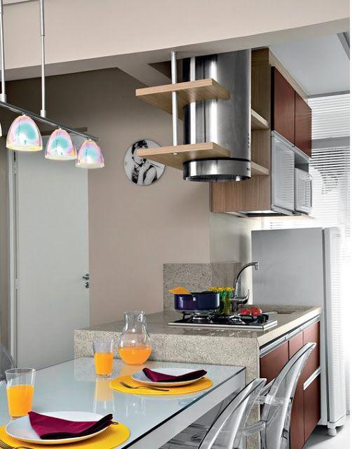 cooktop, panelas coloridas, armário cozinha, geladeira, pendentes, cozinha com ilha