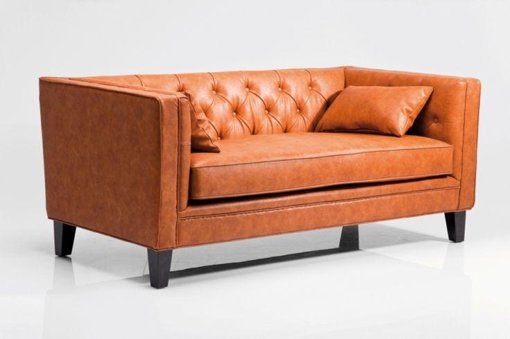 Ein Schmuckstück für jedes Wohnzimmer, Diele und Vorzimmer!  Der geradlinige und markante Stil lässt das Sofa lässig und elegant erscheinen.  Durch das klare, kantige Design und dem hellen Braunton der Polsterung entsteht ein stimmiges Gesamtbild.  Die Couch passt sowohl in ein modernes Ambiente als auch in eine eher Vintage gestaltete Umgebung. #lounge #2sitzer #retro #braun #rostbraun #kare #karedesign #moebel #möbel #moebelpower #moebeltraeume
