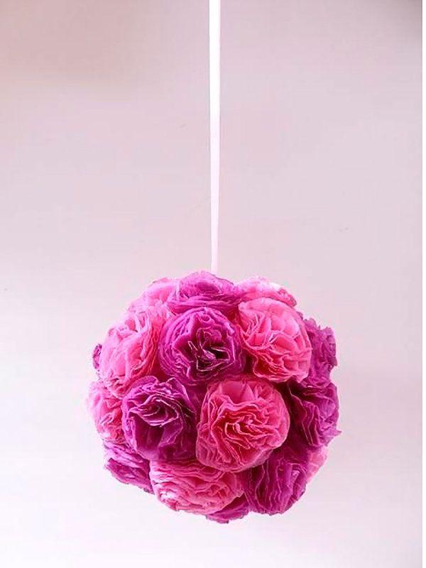 FLORES DE PAPEL COLGANTES No puedes perderte este DIY descubierto en She Said, en el que te enseñan a hacer una bonita esfera floral hecha con pétalos de papel de seda entre muchas más ideas.