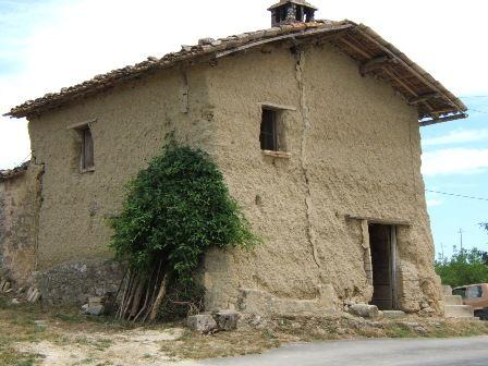 Casa di terra treia marche italia centrale architettura for Case di terra