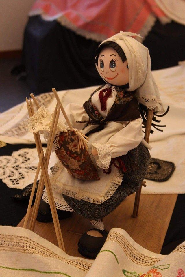 Muñeca encajera gallega, realizada en goma eva de encajeras de colección de Anna Mainar