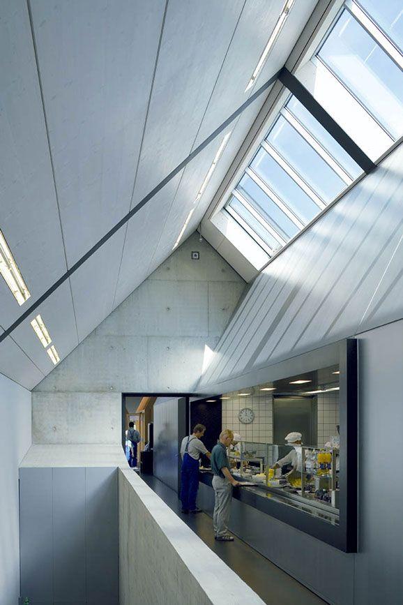El buen comportamiento del lucernario inclinado se incrementa en este caso con los planos inclinados que lo enmarcan y actúan como difusores de luz. Restaurante en Neukirch/Lausitz, Alemania. Barkow Leibinger, 2005.