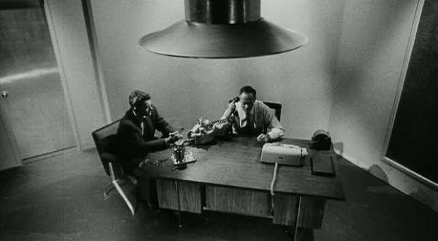"""Punto límite de 1964 Trata angulaciones muy difíciles pero consiguen transmitir la idea. LA cámara """"se cuela"""" y les espía"""