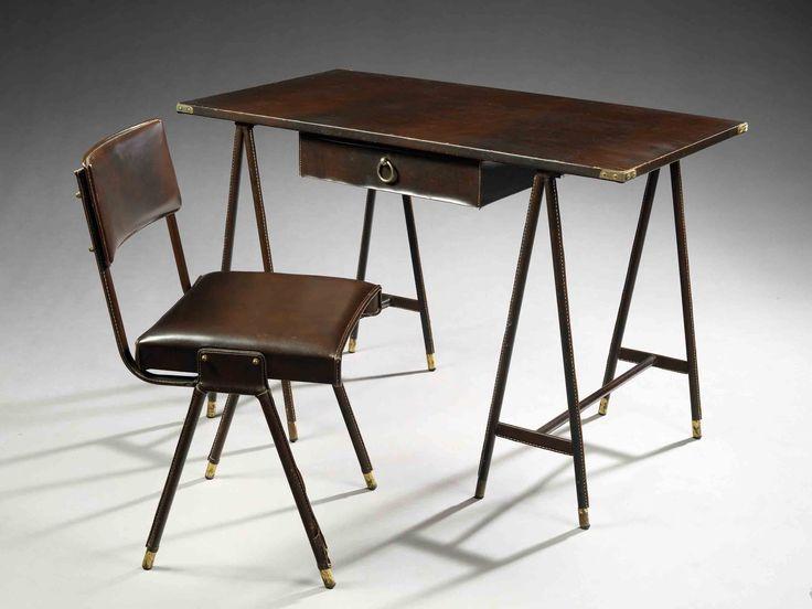 Jacques adnet (1900-1984)bureau, structure métallique regainée de skaï brun piqué sellier, piétement formé de tréteaux bagués à la base de c...