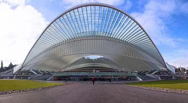 Gare des Guillemins, Liège, Belgique. ( photo Bert Kaufmann) - Architecte, artiste, et ingénieur, Santiago Calatrava Valls est mondialement connu pour ses travaux architecturaux principalement en Europe et en Amérique du Nord.