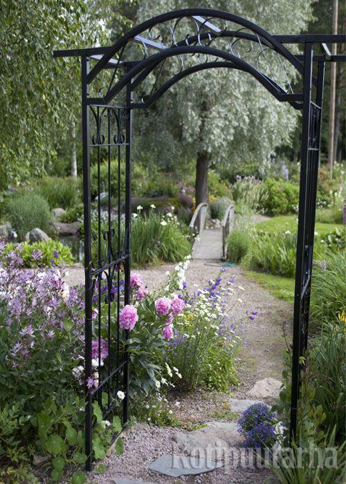 Porttikaaren voi lisätä polun varrelle lähes mihin vain. Korkea kaaren avulla voi lisätä vertikaalisuutta puutarhassa ja luoda kehystettyjä näkymiä. www.kotipuutarha.fi