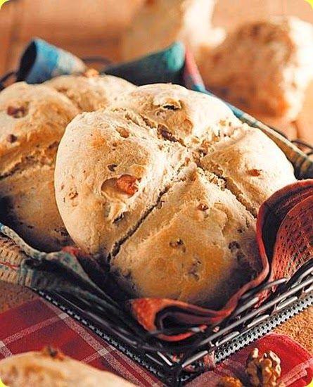 Pan nociato con Pecorino di Norcia. Il pecorino di Norcia del pastore, o tradizionalmente pecorino di Norcia, è un formaggio prodotto con latte di pecora e prodotto tipico umbro.  Il Pecorino di Norcia viene prodotto tra gennaio e agosto in Val Nerina – e in particolare nei comuni di Norcia, Cascia, Preci, Monteleone di Spoleto e Poggiodomo – dove l'allevamento ovino ha radici antiche. Si ottiene dalla lavorazione di latte intero di pecora, arricchito di fermenti lattici selezionati.