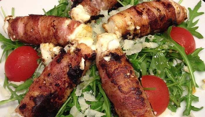 Low Carb Rezepte: Gebratener Schafkäse im Speckmantel mit Rucola-Parmesan-Salat