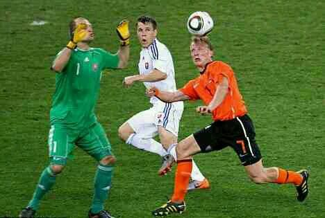Holland 2 Slovakia 1 in 2010 in Durban. Jan Mucha gets the ball safely away from Dirk Kuyt in the Round of 16 #WorldCupFinals