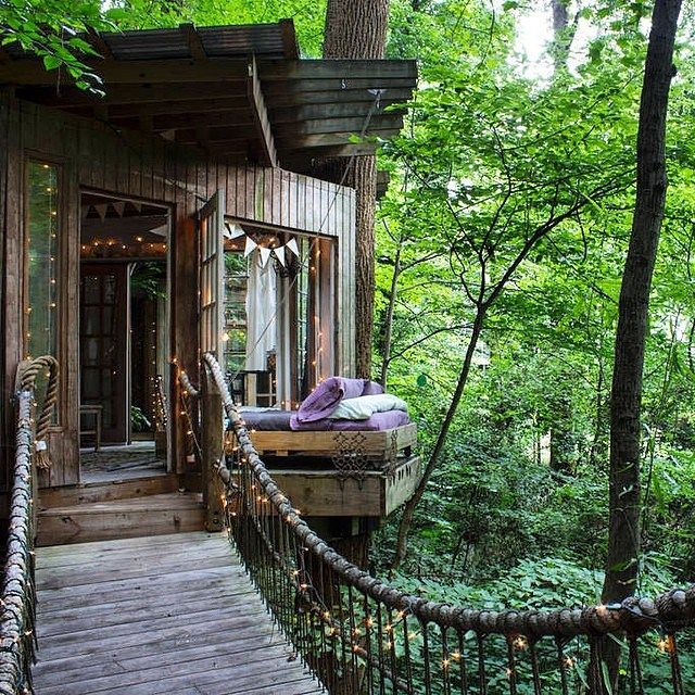 Via:@vogue_official Secluded Intown Treehouse Atlanta, USA Photo:©airbnb