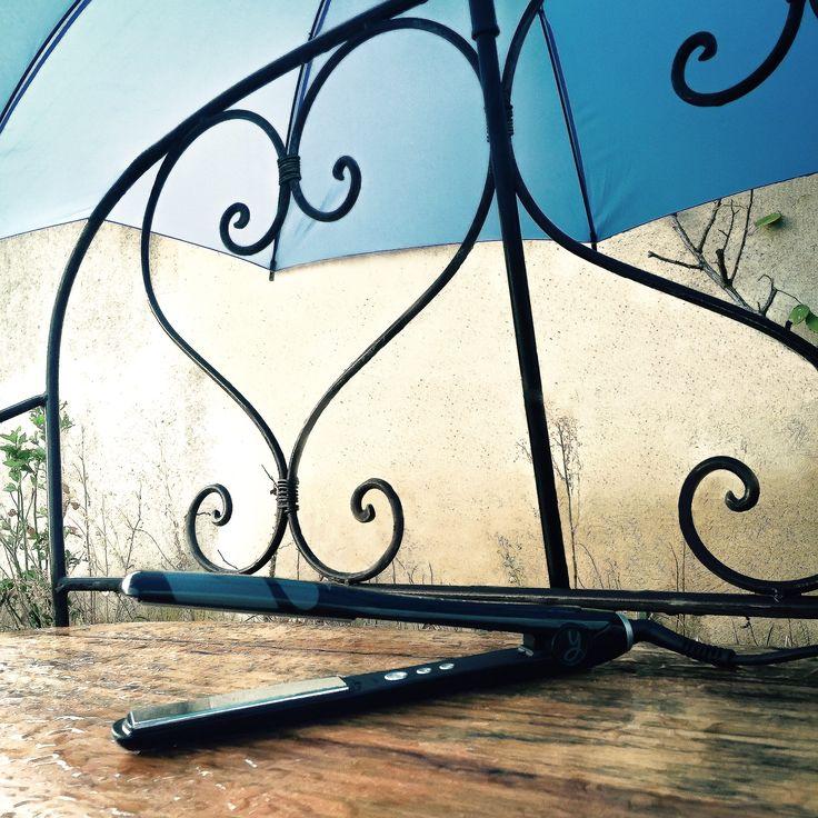 ALERTE PLUIE ☔ : pas question de laisser l'humidité gâcher votre #lissage... Le MUST : Appliquer un sérum lissant anti-frizz et s'armer d'un parapluie pour passer au travers des gouttes ! :) Et vous, quels sont vos boucliers anti-pluie ? Partagez vos astuces, on adore ❤ #trendyliss #pluie #lisseur
