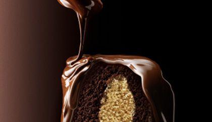 La crema per farcire torte dedicate ai più golosi è solo una: la crema ganache al cioccolato! Facilissima da preparare, bastano pochi ingredienti per creare una delle creme più famose al mondo e a cui resistere è davvero impossibile! Utilizzatela per farcire la vostra torta ma anche per decorarla! Preparazione: Versate la panna in un pendolino e  … Continued