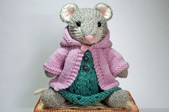 Knitted mouse, pattern by Barbara Prime